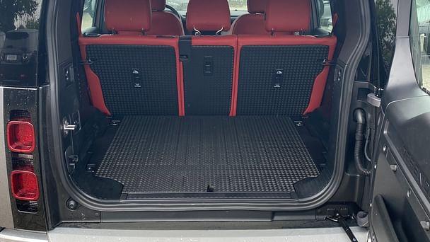 Land-Rover Defender 110 801 mit Kindersitz