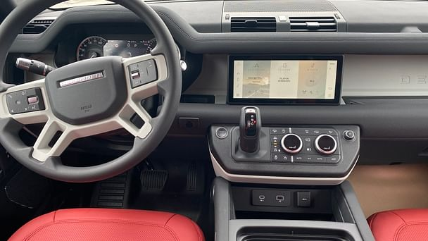 Land-Rover Defender 110 803 mit Navigationsgerät